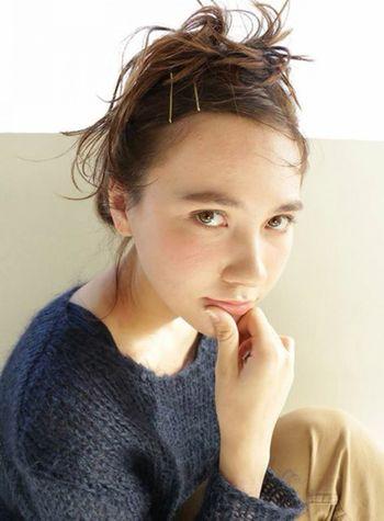ルーズなアップヘアの日は、前髪をグッとタイトにしてメリハリを効かせて。