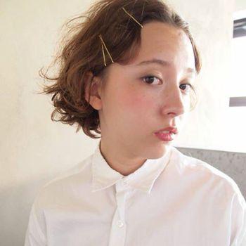シンプルなヘアスタイルも、アメピン(アメリカピン)をプラスすればこなれた印象に。留めるだけだから、短い時間でパパッとアレンジできちゃいます。