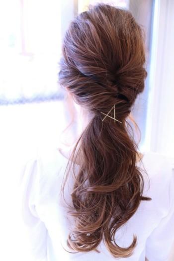 エレガントなヘアスタイルですが、アメピンでちょっぴり抜け感を出すことでカジュアルダウン。