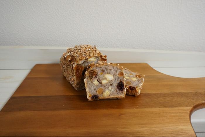 ミューズリーは、ドライフルーツの白いちじくをはじめ、クランベリー、マスカットレーズンやカシューナッツがたっぷり入った食べごたえのあるパンです。周りについている押し麦も、ドライフルーツとの相性抜群でとっても美味しい!