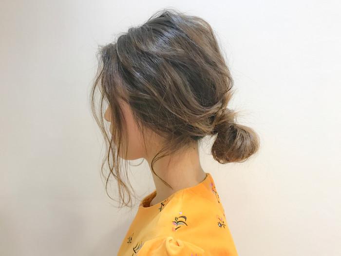 低めの位置で作るお団子ヘアは、大人っぽい雰囲気に仕上がります。後れ毛を残した抜け感のあるアレンジが良く合います。