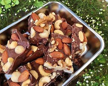 ローズヒップとハイビスカス、ナッツなどをたっぷり混ぜ込んだ手作りチョコレートはいかがでしょう? ローズヒップのほどよい酸味はチョコとの相性も良く、ハーブが苦手な人にも食べやすいそうです。