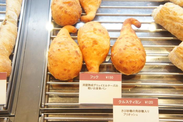 洞窟熟成のグリュイエルチーズの風味がたまらない、フックの形をしたとってもキュートなパン。思わず指にひっかけたくなりますよね。