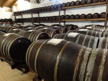 樽で数年かけて発酵・熟成させます。伝統的なバルサミコ酢は、原料のぶどうの種類や最低でも12年熟成させることが法律で義務付けられています。じっくりと熟成されたバルサミコ酢は、酸味だけでなく甘味も感じられ、奥行きのある味わい。