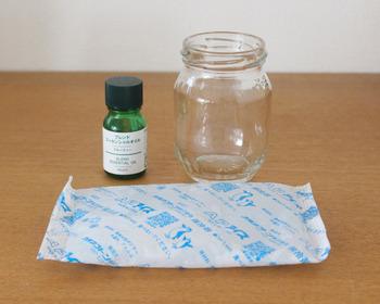作り方はとっても簡単。 用意するのは空き瓶と保冷剤、お好きなアロマオイル。 空き瓶の中に保冷剤を入れてアロマオイルを垂らすだけで、保冷材の出来上がりです。