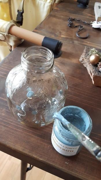 キャップや瓶に好きな色や模様をペイントします。 グルーガンで固定したら、かわいいライトの出来上がり。