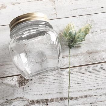 空き瓶とフェイクグリーンさえあれば、すぐに簡単に作れちゃいます。 コツは瓶の中にバランスよく詰めていくだけ!