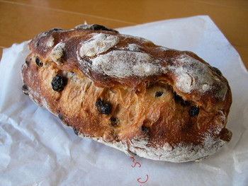 カランツとくるみのハードパン。くるみの香ばしさが後を引く美味しさです。クリームチーズなどにも合いそうです。