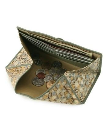 三つ目は機能性です。ハヤシヒロコのウォレットは開くと全体がオープン状態になって小銭入れになるデザインになっています。使い勝手がよいと評判です。