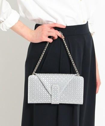 ミラノ在住のデザイナー林ヒロ子さんがデザインする革製品のブランドです。 林ヒロ子さんは、18歳からトップモデルとして活躍して、海外のコレクションに日本人で初めて参加されたすごい方です。