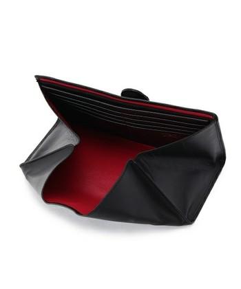 開くと、ウォレット全体が小銭入れになる機能的なデザインです。クレジットカードも一目瞭然。 外側の黒と内側の赤のコントラストも素敵です。