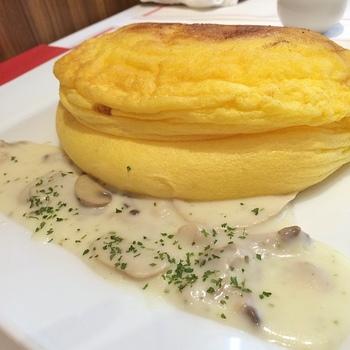 オムレツ自体の味付けはバターと塩などのシンプルなものなので、いろんなソースに合います。クリームソースもとっても美味しそう♡
