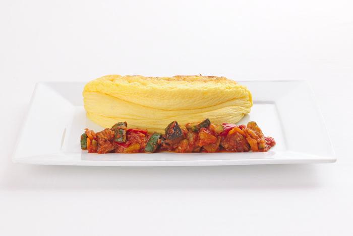 もちろんトマト系のソースは卵に抜群に合いますね★ふわふわのオムレツ、スフレ状でなんだかチーズケーキみたいですが、見た目はお菓子ぽくてもしっかりとしたお食事です。