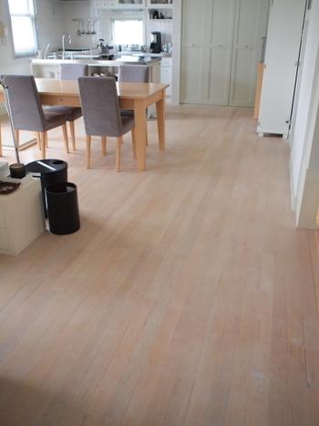白っぽい色合いでパイン材ほどナチュラル過ぎない素材。 冬でもヒヤリとしない暖かみを感じることのできる床です。 季節ごとに湿気で膨張や縮みがあるので取り扱いやお手入れは難しい素材です。