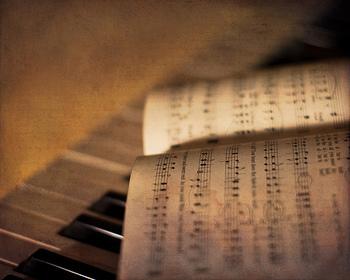 アップテンポな音楽よりも、シンプルなピアノの演奏が落ち着きますよね。ジャズピアノはもちろんのこと、ベートーヴェンやブラームスなどのクラシックも素敵です。