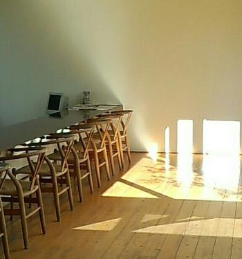 カウンターにずらりと並ぶ『ハンス・J・ウェグナー』の「Yチェア」。時間によって映し出される「影」も絵になりますね。