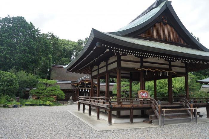 子授け・安産の神様、酒造守護の神様として親しまれている「梅宮大社」。京都では、梅の名所として良く知られています。 【画像の手前は、拝殿。奥が本殿。】