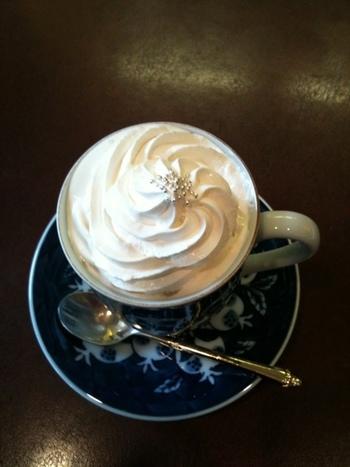 創業30年を誇る「ブルーオニオン」で頂くのなら、やっぱり珈琲。高級陶磁器メーカー「マイセン」の柄の名が店名になっている通り、この店の珈琲は、マイセンを始めとする見目麗しいカップで供されます。  メニューは、珈琲や紅茶、自家製ジュース、サンドイッチ等。 【画像は、人気の「ウインナーコーヒー」。】