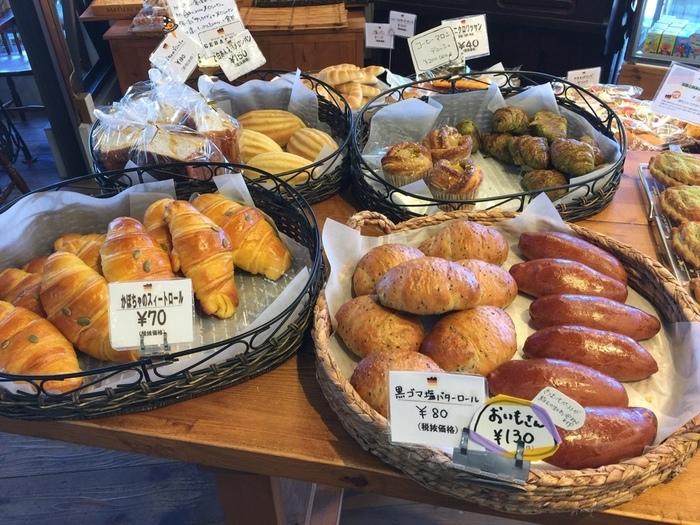 """「ゲベッケン本店」は、藤森神社から徒歩で15分、藤森駅から歩いて7,8分の住宅街の中にあるベーカリー。地元で愛される地域密着の店ですが、その味を求めて遠方からはるばる足を運ぶファンも多い人気店です。  """"ゲベッケン""""とは、「焼いたもの」という意味のドイツ語。その名通りに、ハード系や食事系、お惣菜系やスウィーツ系と様々な種類の焼き立てのパンが所狭しと並び、ショーケースにも自家製ケーキがやスウィーツが並んでいます。"""