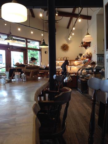 「ゲベッケン本店」では、広い店内に併設されたイートインスペースで焼き立てパンが頂けます。イートインスペースは、1階だけでなく2階もあるので、ゆったりとランチやカフェが楽しめます。