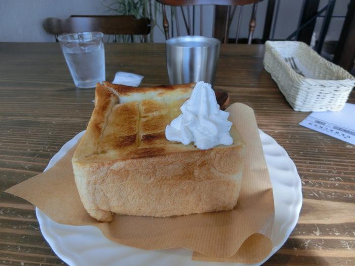 イートインには、多少の決まりごと(ドリンク・サラダ・スープのワンオーダー等)がありますが、この店のパンは総じて単価が安く、珈琲も本格的なので、お財布に優しく、満足の食事が頂けます。 【画像は『モーニングセット』のハニーバタートースト。中はふんわり、外はカリッの絶品トーストです。】