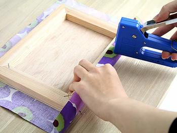 生地をしっかりと留めるのに役立つのが、こちらのガンタッカーという道具。 木にも打ち込みやすく、ファブリックパネル作りがグッと楽になりますよ。