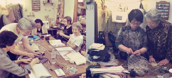 我々の大先輩方の織りなす素敵な手編みクラッチ。編み手の方の笑顔もまた素敵ですね。受注生産で一つずつ、みなさんの手によってつくられています。笑顔が絶えない明るい職場。ここでビヨンドザリーフのバッグが生み出されているんです。