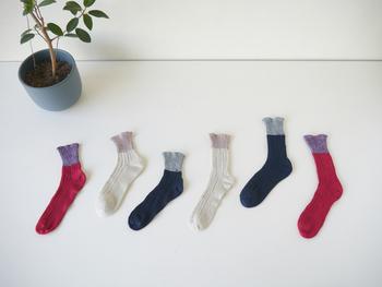 こちらは「ざっくり編みくつした」。関西で五十年以上くつしたを作り続けるベテラン職人さんが、ローゲージの古い靴下編機を使ってつくっています。 ふっくら、ゆったりとした履き心地です。