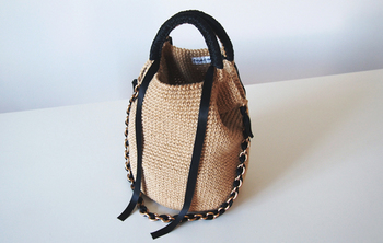 ヘンプ(麻)の紐で編まれたバッグ。取り外し可能なチェーンも嬉しい設計ですね。