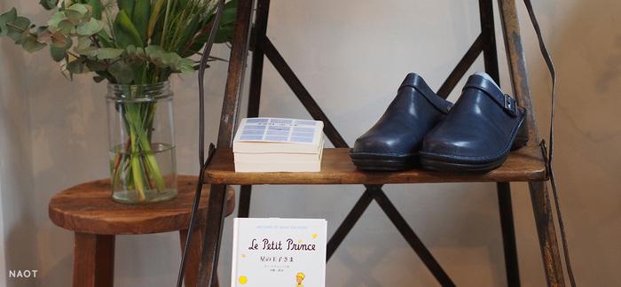 NAOT(ナオト)は奈良のならまちにある「風の栖」からスタートした靴屋さん。蔵前にあるのが「NAOT TOKYO」です。 インソールがいちばんの特徴で、ふかふかと心地よいクッション性と、足裏全体に吸い付くようなフィット感が魅力。履き続けることでどんどん自分の足にぴったり馴染んでいきます。