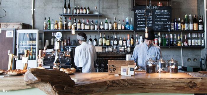 世界中の旅行者があつまるホステル「Nui. HOSTEL & BAR LOUNGE(ヌイ ホステル アンド バーラウンジ)」。その1階はラウンジスペースとなっており、宿泊者に限らず、だれでもカフェやバー、ディナーを利用することができます。 カフェの時間帯(8-18時)は、四種類のスペシャルティコーヒーや、焼きたてのパン・グラノーラなどを楽しむことができますよ♪