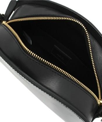 小さそうに見えますが、マチがたっぷりあるので、実はとても収納力がある優秀なバッグ。 ダブルファスナーで使いやすさも抜群です。 スムースレザーは使うほどになめらかに、艶っぽくなってゆきます。