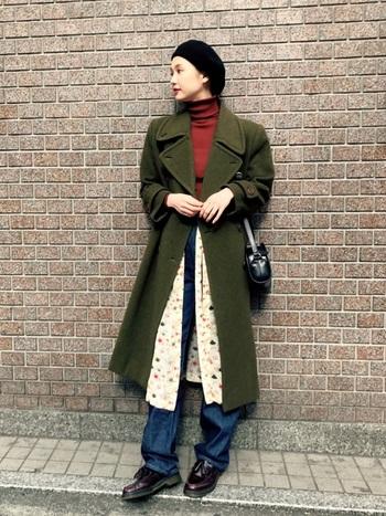 秋色コートと差し色でモードなスタイルの完成です。