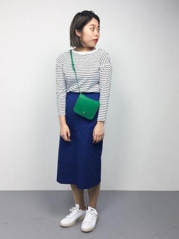タイトスカートのシルエットが大人なスタイリング。グリーンのショルダーバッグでポップな差し色をプラス。