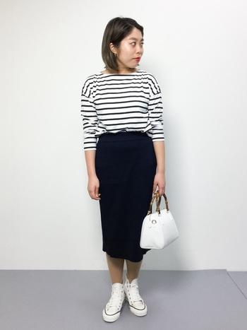 女性らしいシルエットを強調するタイトスカートには、スニーカーでアクティブな要素を取り入れるのがおすすめです。