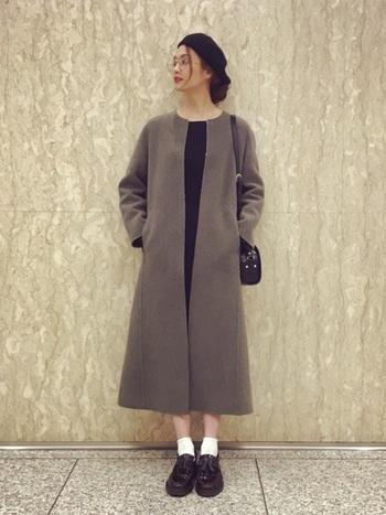 美術館デートが似合いそうな、秋色コーデ。服と小物をぜんぶブラックでまとめて、白ソックスがとっても爽やか。
