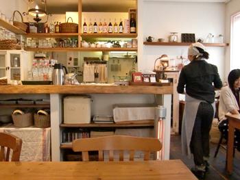 長岡天神駅から徒歩5分、長岡市役所正面に位置する「CAFE KATEMAO」は、週末は予約必須の大人気カフェ。ナチュラルにコーディネートされた店内は、女性好みの優しい雰囲気。