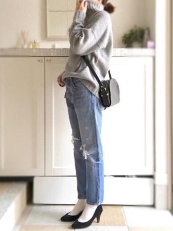 ダメージジーンズとダボっとしたタートルネックセーターを合わせて。ハイヒールで上品コーデに。斜めかけしたハーフムーンバッグが、大人のかわいさをプラス。