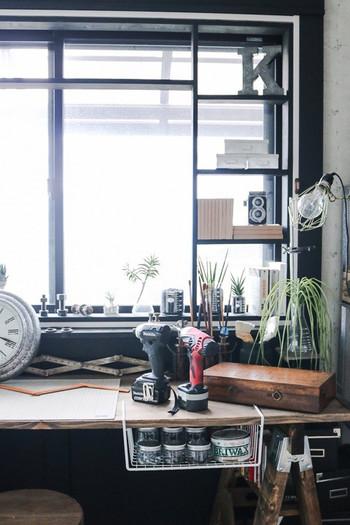 デッドスペースの収納に役立つ収納ラックは、ワークスペースでも大活躍。キッチンなどでも使えそうですね。