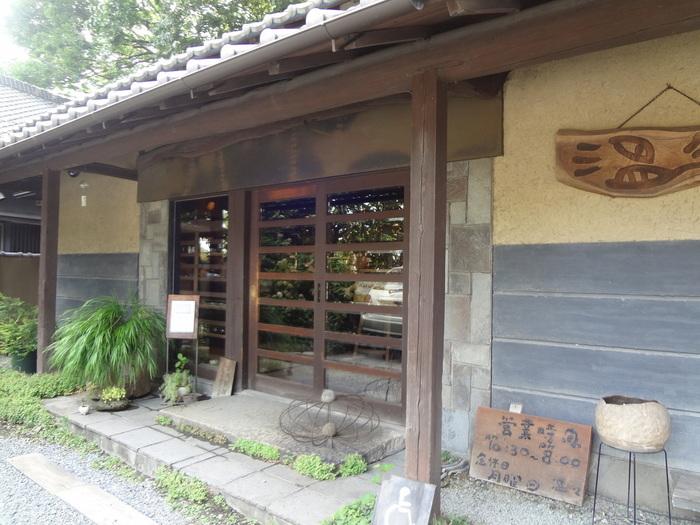 埼玉県見沼区、田園風景の中の道を一本入った所にあるカフェ&ギャラリー温々(ぬくぬく)は、なんと築170年の古い納屋を改築してつくられたのだとか。市街地から離れた自然が多く残る素敵な場所に存在しています。