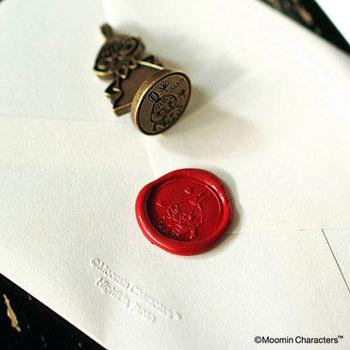 外国映画などで見かける「シーリングスタンプ」。手紙に封をするためにロウをたらして紋章を押すもので、おしゃれなものがいろいろ市販されているようですね。こちらは、大人の女性にもファンが多いムーミンと仲間たちのシーリングスタンプ。