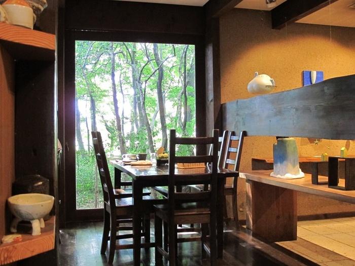 店内の照明は間接照明。置かれている家具などもとても上品で、雰囲気あふれる店内です。