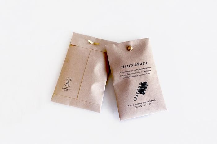 モノトーンのペーパー袋に、割りピン。シンプルでかっこいいラッピングですね。たくさん配りたいときなどにも使えるアイデアです。爽やかなナチュラル感は、好感度が高いかも!?無地の袋に好きなスタンプを押せば、また違った印象に。