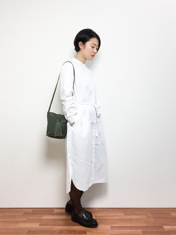 爽やかな白いシャツワンピースが主役のスタイリング。小物はレザーでエッジを効かせて。
