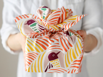 布で包むのも、優しい風合いでいいですね。小風呂敷なども和風だけでなく、洋風でおしゃれなデザインのものがいろいろありますので、ぜひ使ってみましょう。