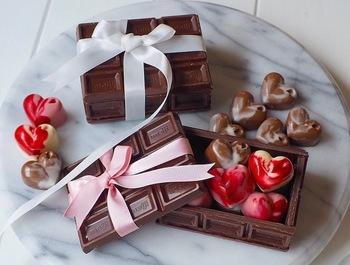 板チョコをチョコペンで貼り合わせ、ギフトボックスに。中に好きなチョコなどを入れます。ちょっと驚きの楽しいアイデアですね。