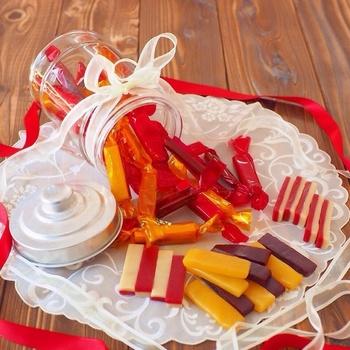 お菓子をセロハンなどに包んで、瓶に入れるのもおしゃれ♪湿気も防ぎ、そのまま保存できるので便利ですね。
