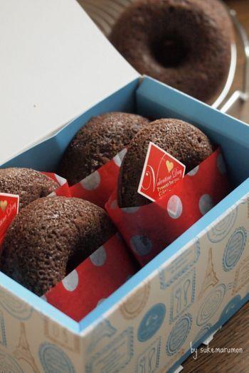 お菓子が3分の1ほど見えるくらいの感じで可愛く包み、裏でとめます。あとは、バレンタイン用のケーキピックなど挿して、イベントらしさを。