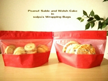 湿気が気になるなら、ジップ付きの袋もいいですね。透明で中身も見えますし、せっかく作ったお菓子は、サクッと新鮮なおいしさで味わってほしいですものね。
