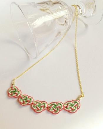 同じ結び方でネックレスにも応用できます。華やかな雰囲気で、胸元を彩ってくれそうです。